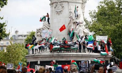 7773433063_des-manifestants-pro-palestiniens-place-de-la-republique-a-paris-le-26-juillet-2014