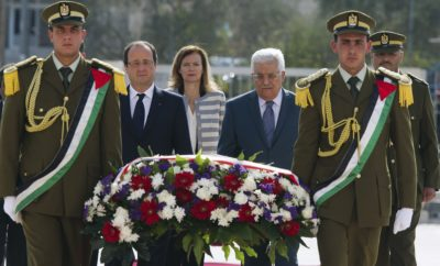 French President Francois Hollande (2nd L) and Palestinian President Mahmoud Abbas (2nd R) arrive to lay a wreath at the grave of late Palestinian leader Yasser Arafat in the West Bank city of Ramallah November 18, 2013. REUTERS/Alain Jocard/Pool (WEST BANK - Tags: POLITICS)